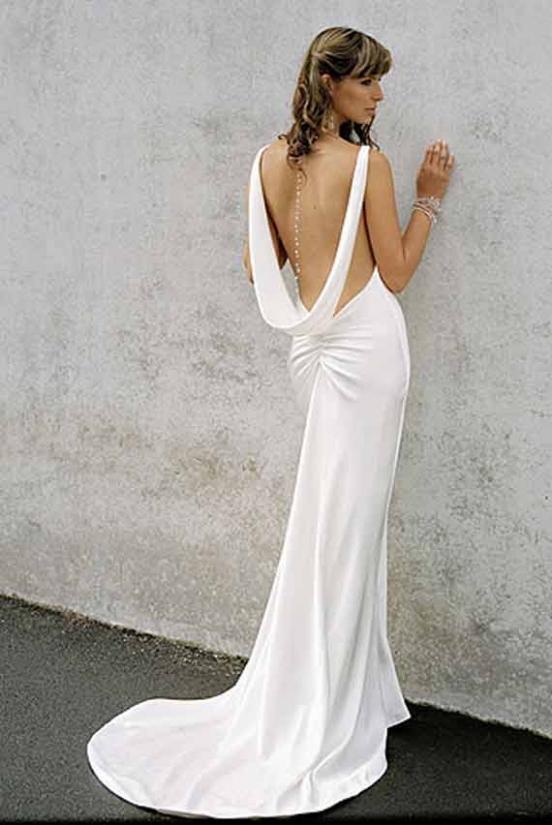 Для свадебной вечеринки в узком кругу, на берегу моря вдвоём с любимым уместна будет полностью обнажённая спина. Такие Прямые свадебные платья подойдут