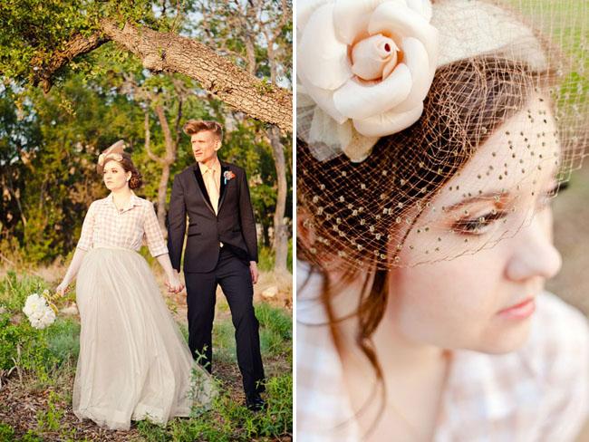 Будет очень уместно использовать такие необычные принадлежности для волос, как корона, диадема, цветы, вуаль. Эти традиционные аксессуары для свадебных